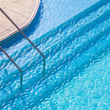limpieza piscina 370x370 - Mantenimiento de Piscinas